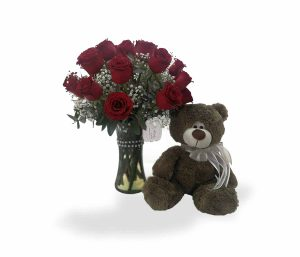 Arreglo floral con rosas rojas y peluche