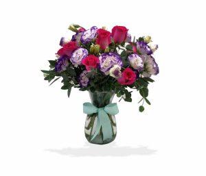 Bouquet con rosas y lisianthus en florero de cristal de llégale con flores