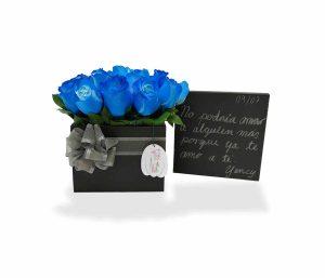 Arreglo floral rosas azules de llégale con flores
