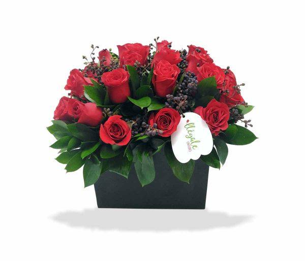 Diseño floral con rosas rojas